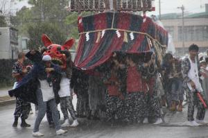 『H24おまつり部門入選・突然の雨に・横田正弘』の画像